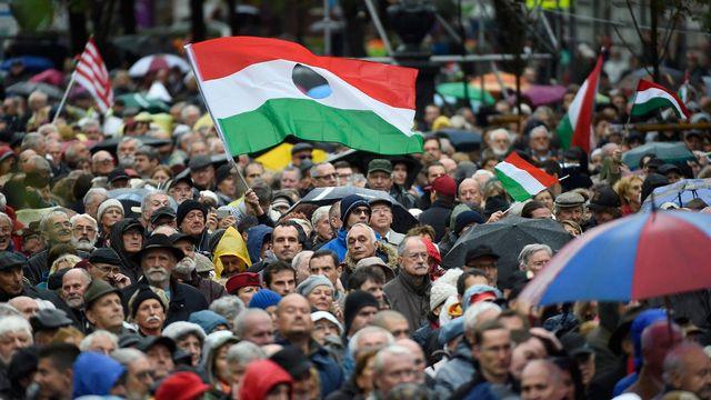 Des Hongrois écoutent le discours du Premier ministre Viktor Orban lors d'une célébration de la Révolution hongroise le 23 octobre 2017. [Tamas Kovacs - EPA/Keystone]