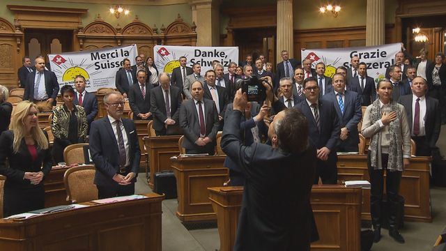 """Les élus UDC en train de chanter le 6 décembre 2017 l'hymne national pour célébrer le """"non"""" à l'Espace économique européen. [RTS]"""