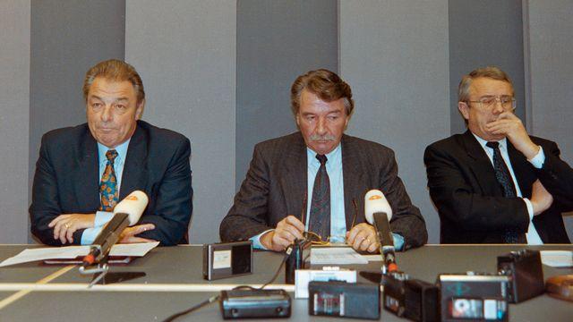 La mine noire des conseillers fédéraux Jean-Pascal Delamuraz, René Felber et Arnold Koller, le 06.12.1992. [Rolf Schertenleib - Keystone]