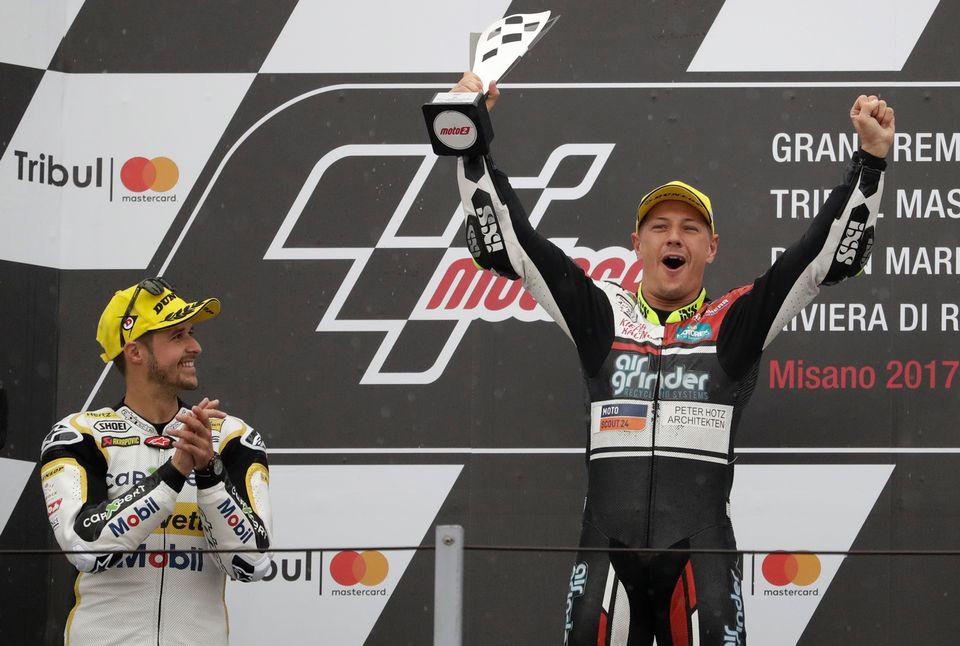 Dominique Aegerter (à droite) continuera l'aventure en Moto 2 l'année prochaine. [Antonio Callani - Keystone]
