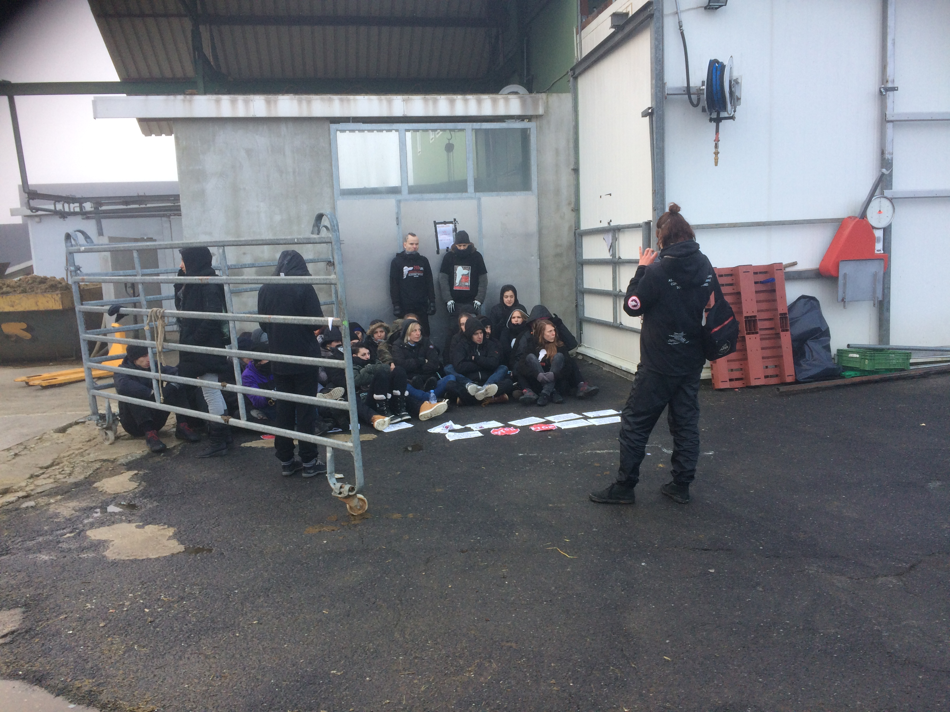 Les militants de l'association 269Life Libération Animale devant l'abattoir de Vich (VD).