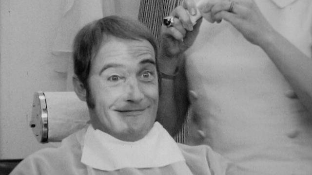 Séance de maquillage un peu particulière pour Bernard Haller. [RTS]