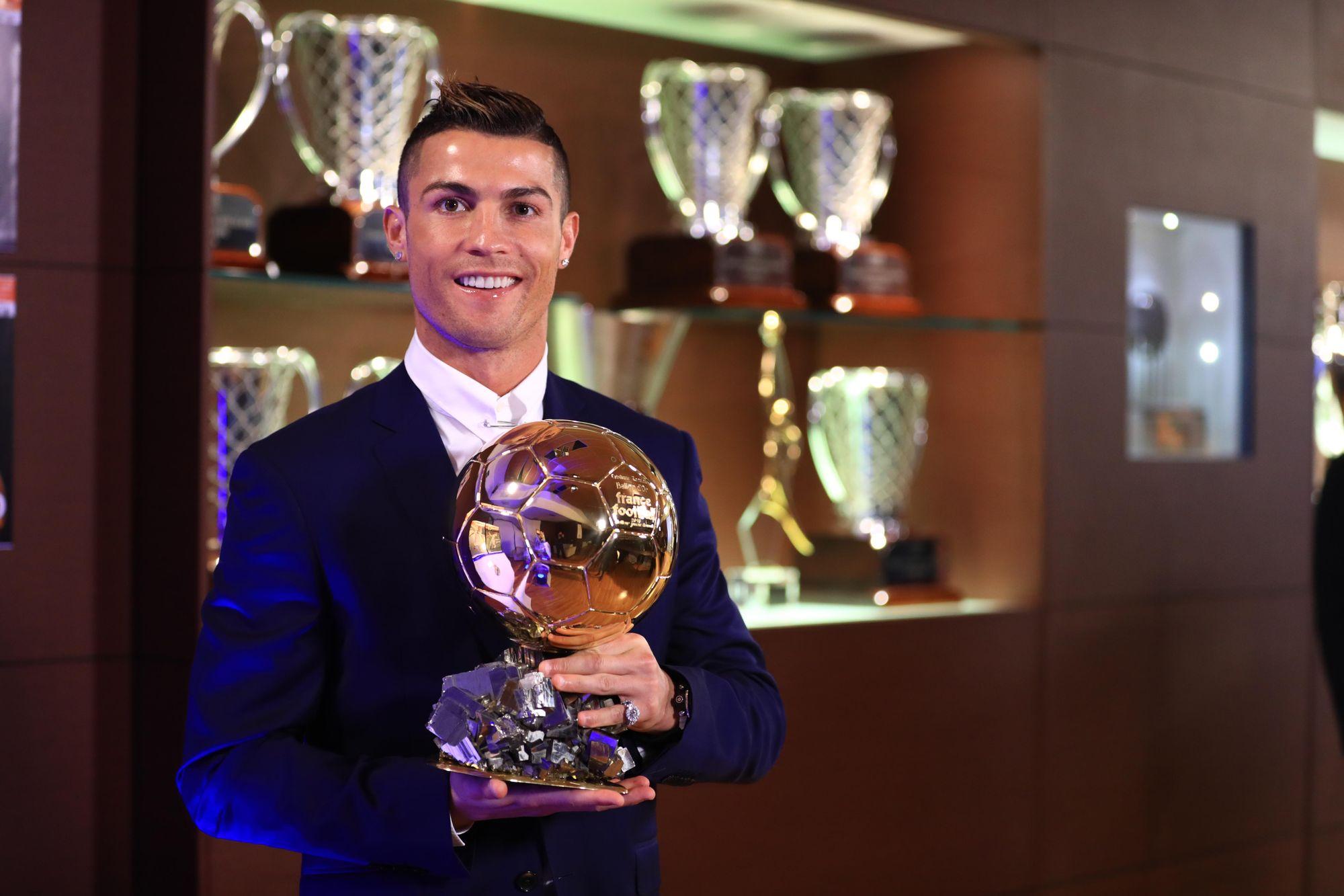 Cristiano Ronaldo couronné une 5e fois devant la Tour Eiffel — Ballon d'Or