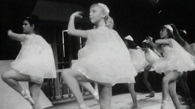 Petites ballerines dans spectacle de Noël, 1963. [RTS]