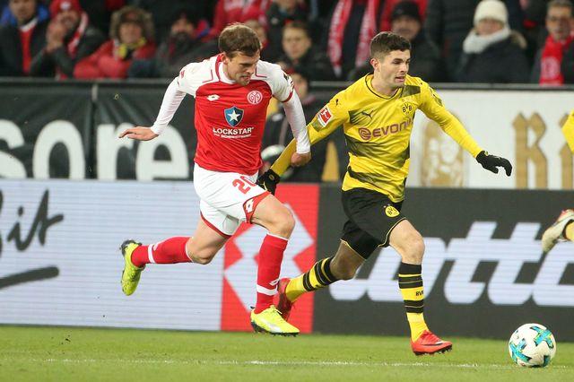 Fabian Frei à la lutte avec le joueur de Dortmund Christian Pulisic. [Thomas Frey - Keystone]