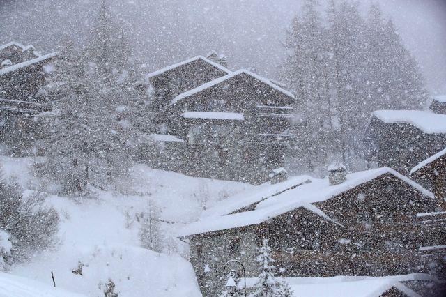Les chutes de neige avaient déjà perturbés les épreuves messieurs le week-end dernier à Val d'Isère. [Alessandro Trovati - Keystone]