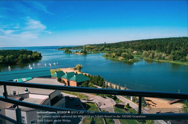 Voilà l'agréable vue depuis une des chambres de l'hôtel de l'équipe nationale. [twitter ASF - Keystone]