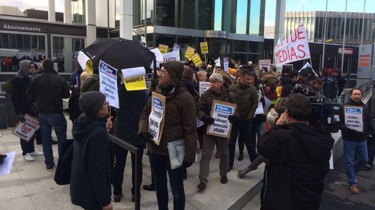 Les manifestants réunis devant la tour Edipresse à Lausanne. [Alain Christen - RTS]