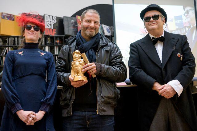 Christian Favre (au centre) à Lausanne lors de la remise du Champignac d'or. [Jean-Christophe Bott - Keystone]