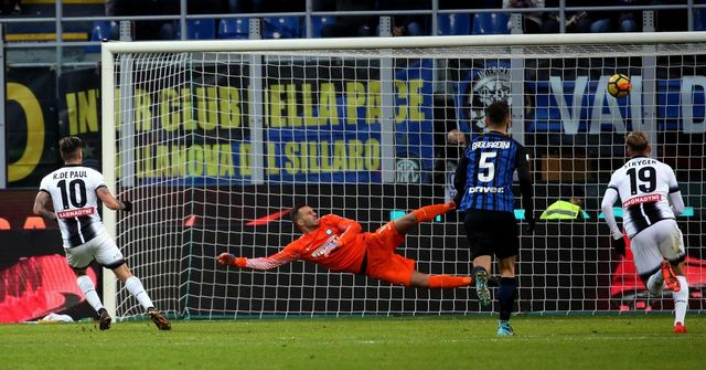 Rodrigo de Paul marque son penalty contre l'Inter. [Matteo Bazzi - Keystone]
