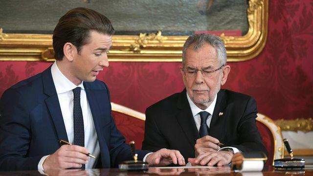 Le nouveau chancelier autrichien Sebastian Kurz (à gauche) et le président autrichien Alexander Van der Bellen lors de l'investiture. [Roland Schlager - Keystone]