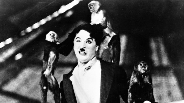 "Charlie Chaplin, équilibriste, dans ""Le cirque"" tourné en 1928 [Collection Cinema / Photo12/AFP]"