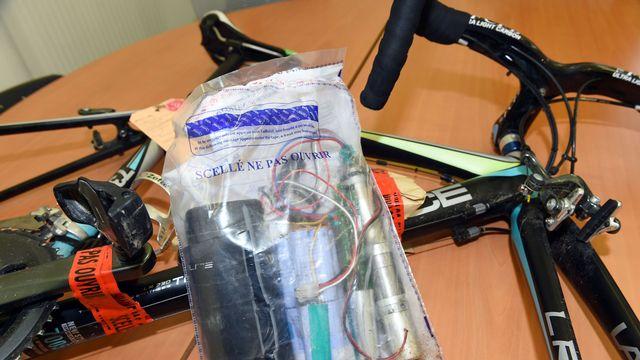 """Kit de """"dopage mécanique"""" présenté par l'Agence française anti-dopage en octobre 2017. [Mehdi Fedouach - AFP]"""