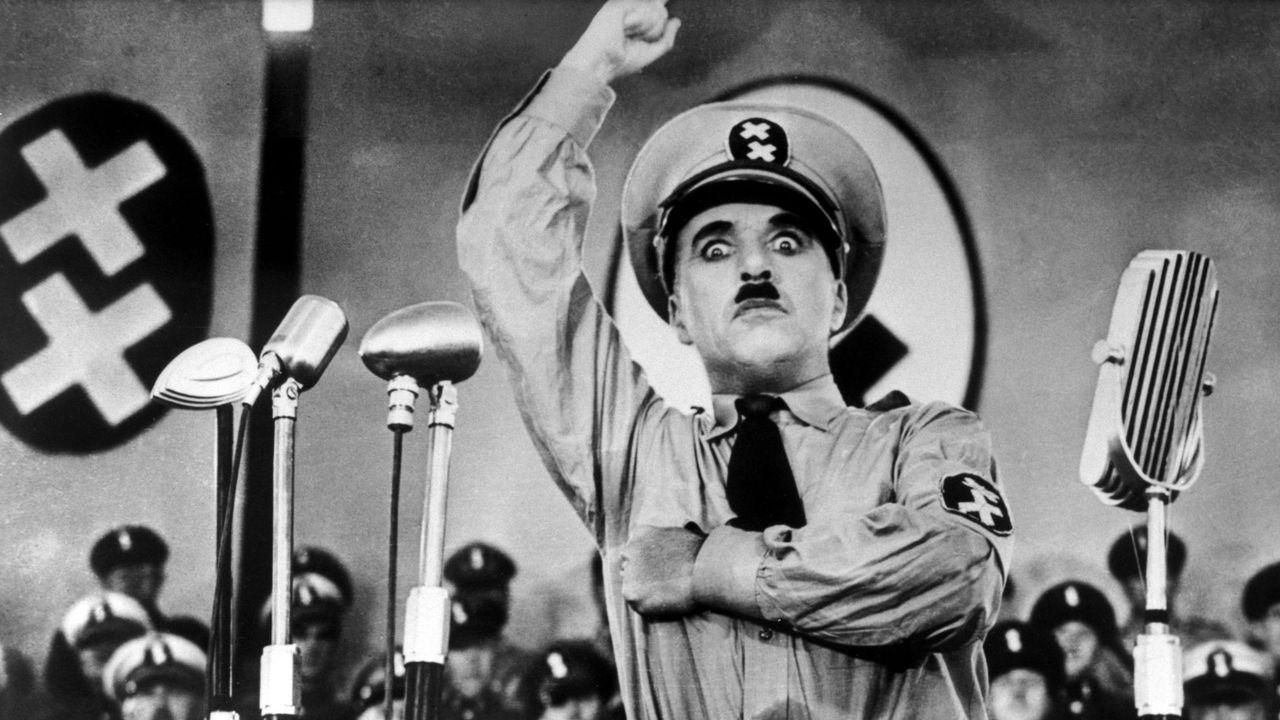 """Charlie Chaplin s'est inspiré d'Hitler pour façonner son """"Dictateur"""" (1940) [Charles Chaplin Productions / Collection ChristopheL/AFP]"""