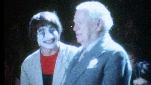 Le clown Dimitri rend hommage à Charlie Chaplin sous le chapiteau du cirque Knie. [RTS]
