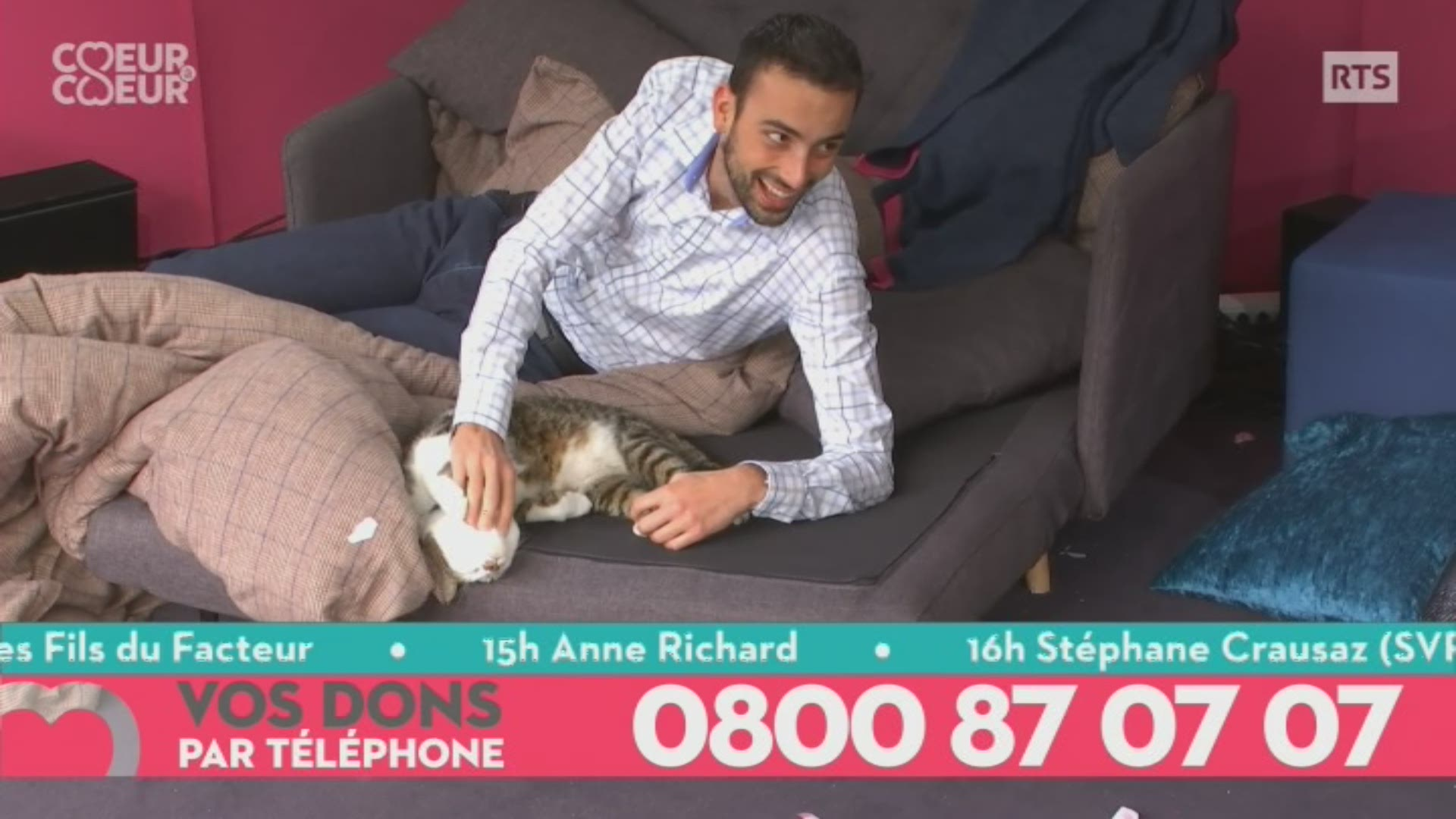 Moment de tendresse entre Jonas et Rodolf le chat