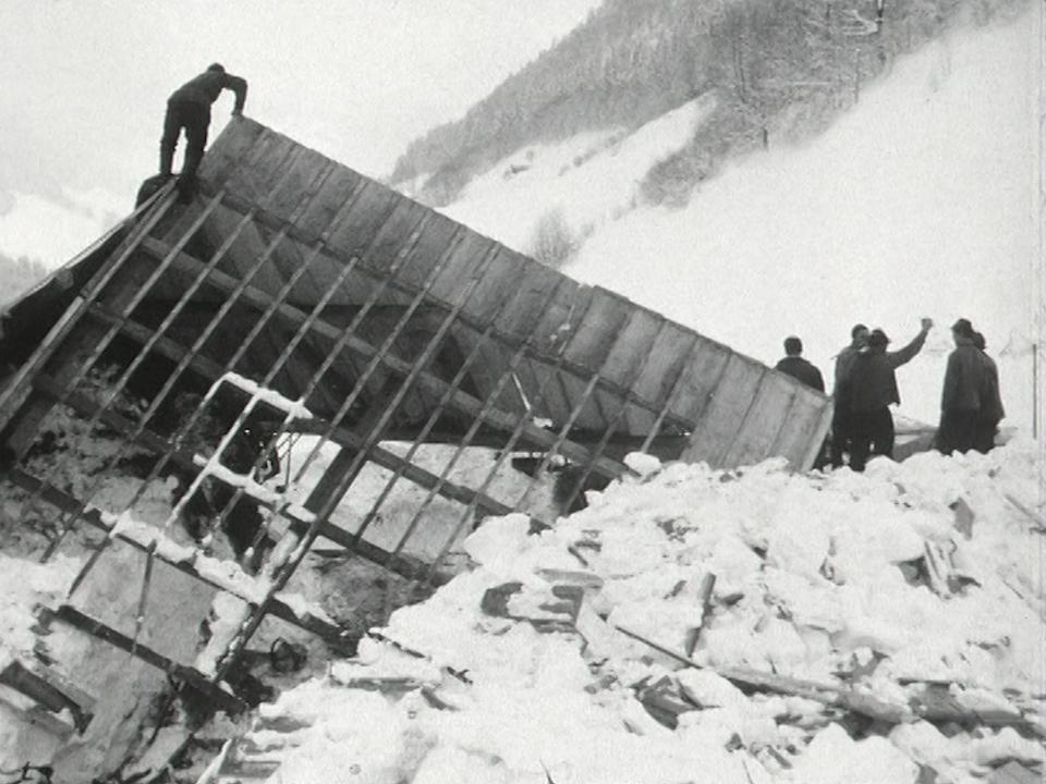 Avalanche dans le village fribourgeois de Bellegarde, 1968. [RTS]