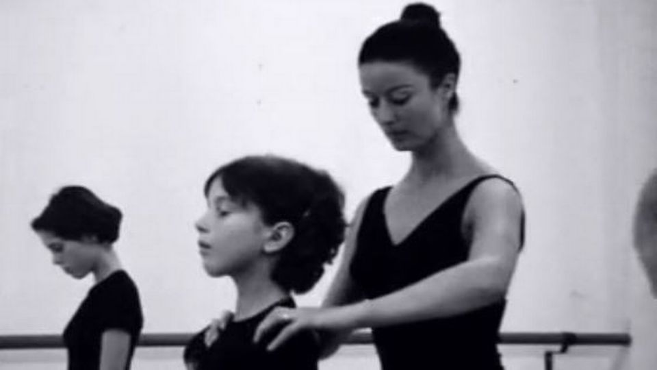 Asa Lanova à son académie de danse à Lausanne en 1969. [RTS]