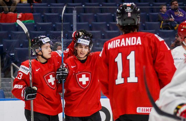 Nicolas Müller (au centre), Philipp Kurashev (à gauche) et Cie ont rempli leur premier objectif. [Mark Blinch - Keystone]