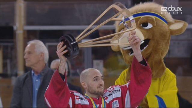 Coupe Spengler, finale: Canada - Suisse 3-0, la joie des joueurs lors de la remise du trophée [RTS]