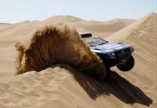 """On aime, on n'aime pas le """"Rallye raid Dakar"""" (ex-Rallye Paris-Dakar), mais force est de dire que les images fournissent un aperçu du spectacle que présente la course auto-moto, qui se court désormais en Amérique du Sud. Ici la VW Touareg de l'Américain Mark Miller [Eric Gaillard - Reuters]"""
