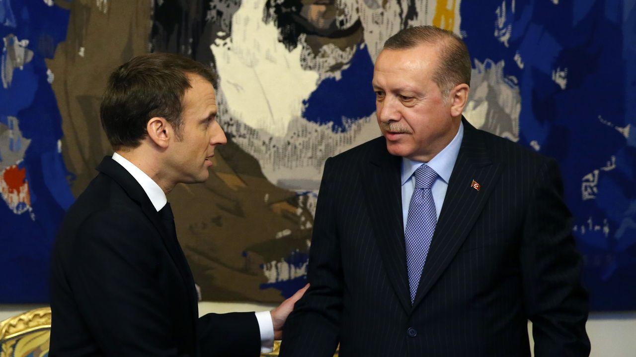 Emmanuel Macron (gauche) et Recep Tayyip Erdogan. [Yasin Bulbu - Anadolu/AFP]