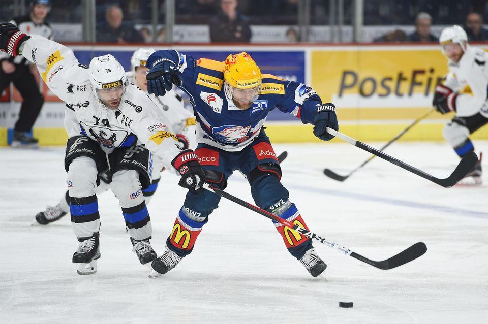 Laurent Meunier (à gauche) lutte pour la rondelle avec Fredrik Pettersson. [Melanie Duchene - Keystone]