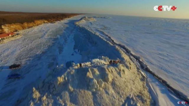 Une image issue de la vidéo de la télévision chinoise CCTV+ sur le mur de glace qui s'est formé sur le lac Xingkai, en Chine. [CCTV+]