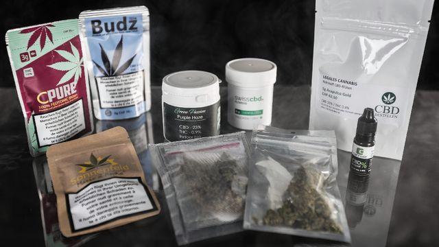Une version allégée et légale du cannabis s'achète désormais dans les kiosques. [Anne Kearney - RTS]