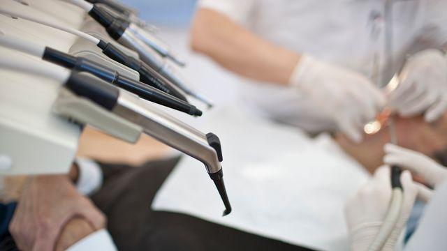 Les partisans de l'initiative pour le remboursement des soins dentaires ont lancé la campagne. [Gaetan Bally - Keystone]
