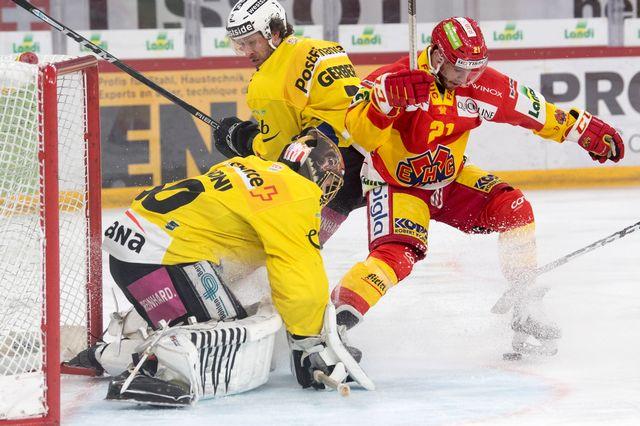Le Biennois Jason Fuchs met la pression devant le gardien Leonardo Genoni. [Marcel Bieri - Keystone]