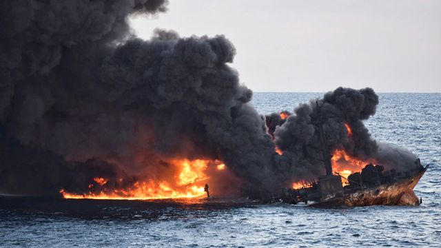 L'immense pétrolier avant qu'il ne coule en mer de Chine. [Ministry of Transport via AP - Keystone]