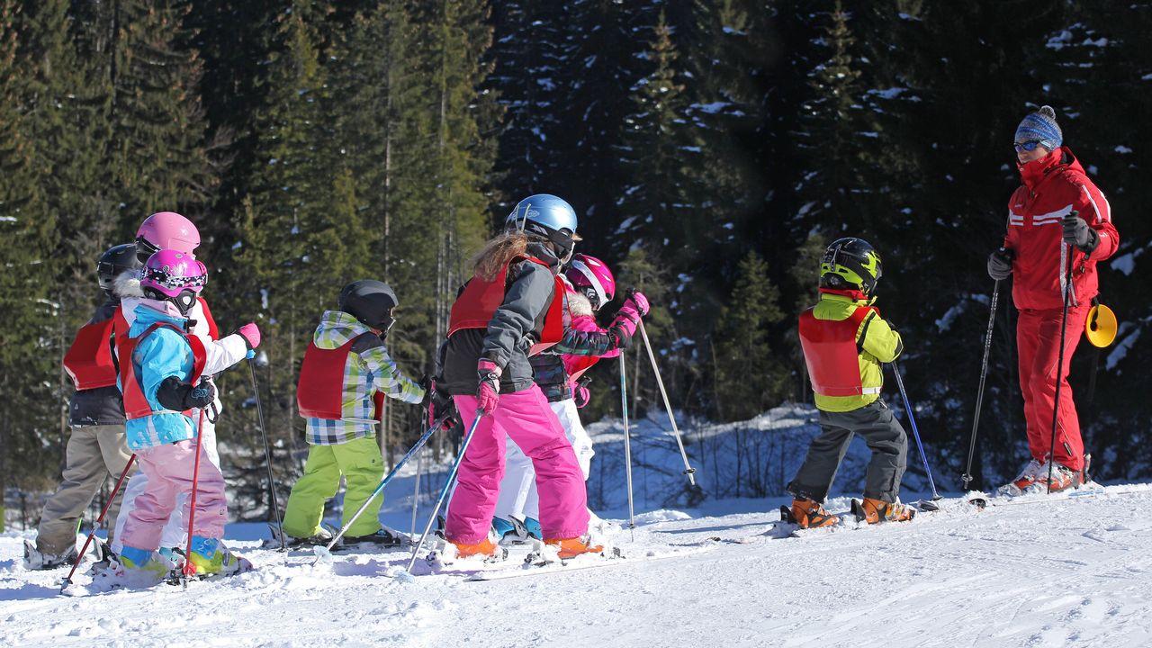 Des enfants apprennent à skier lors d'un camp. [Catherine Clavery - Fotolia]