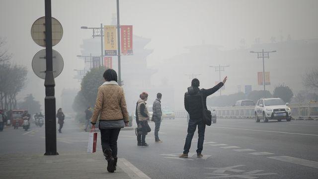 La ville chinoise de Xian, dans la province du Shaanxi, est régulièrement confrontée à des pics de pollution atmosphérique intense, comme ici en décembre 2013. [Wang xudong - Imaginechina - AFP]