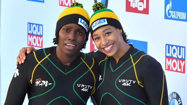 Jazmine Fenlator-Victorian et Carrie Russell lors d'une course de Coupe du monde à Innsbruck. [Kerstin Joensson - Keystone]
