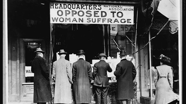 Photo de l'entrée du siège de l'Association nationale opposée au suffrage des femmes en 1905 aux USA. [Quadell - PD-US]