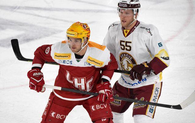 Le Top Scorer Lausannois Dustin Jeffrey, à gauche, devant le joueur Genevois Daniel Vucovic. [PPR/Christian Brun - keystone]