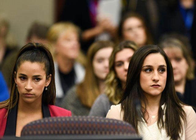 Aly Raisman (à gauche) et Jordyn Wieber ce vendredi lors d'une audience au tribunal. [Matthew Dae Smith - Keystone]