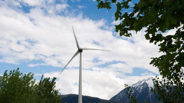 Une éolienne près de Martigny. [Jean-Christophe Bott - Keystone]