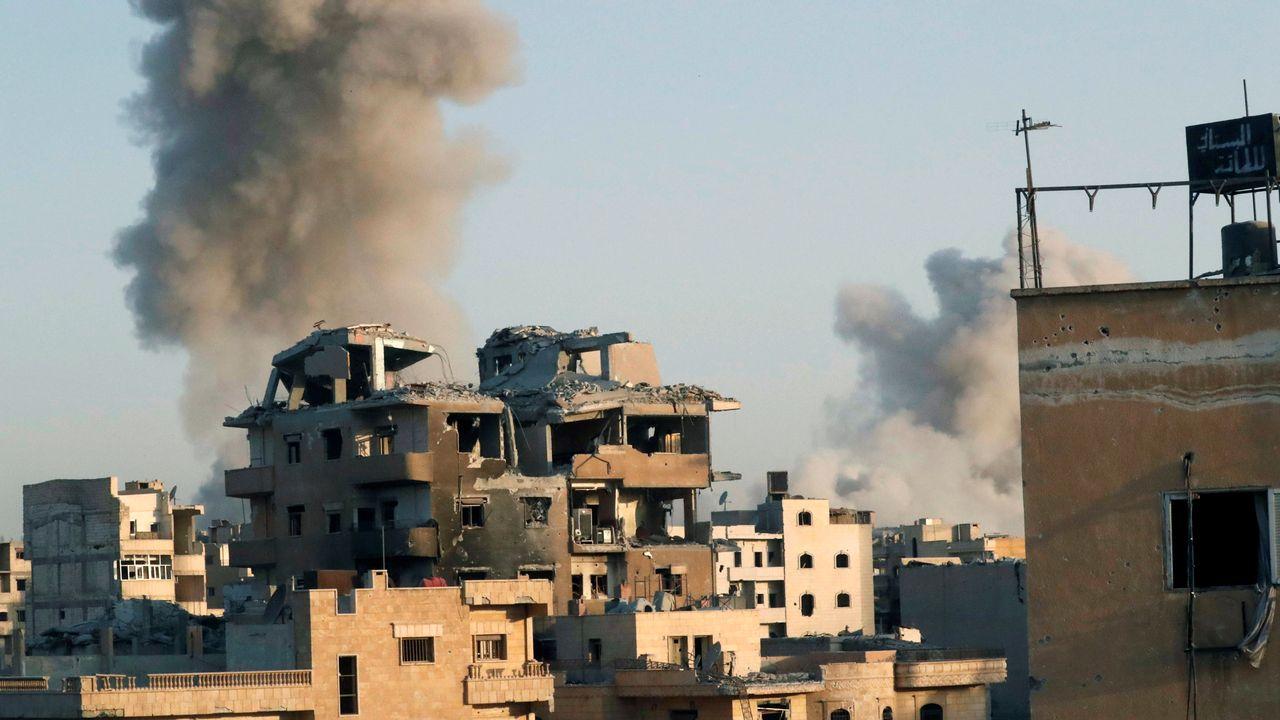 De la fumée s'échappe sur Raqqa, en Syrie, après une frappe aérienne menée par la coalition internationale sur des positions du groupe EI. [Erik De Castro - REUTERS]