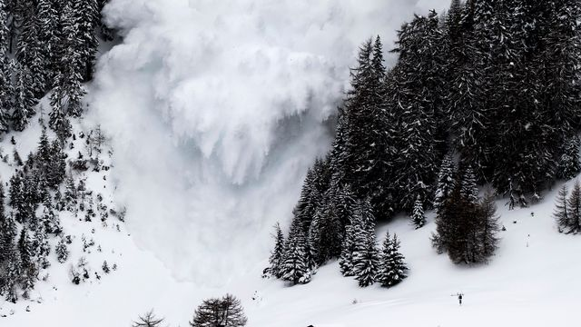 Une avalanche déclenchée artificiellement dans la vallée de la Sionne, à Anzère (VS) en mars 2017. [Jean-Christophe Bott - Keystone]