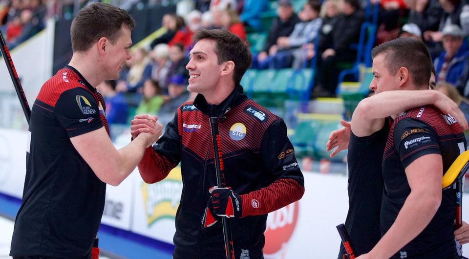 La Team De Cruz (lui au milieu), se congratule après sa 1re qualification pour un Grand Chelem. [Source: Grand Slam of Curling]