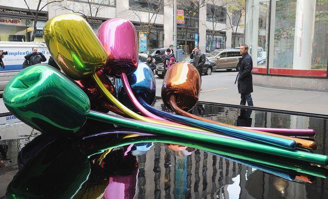 """L'artiste Jeff Koons près de son oeuvre """"Tulipes"""" devant Christie's à New York.  [Jamie McCarthy - GETTY IMAGES NORTH AMERICA / AFP]"""