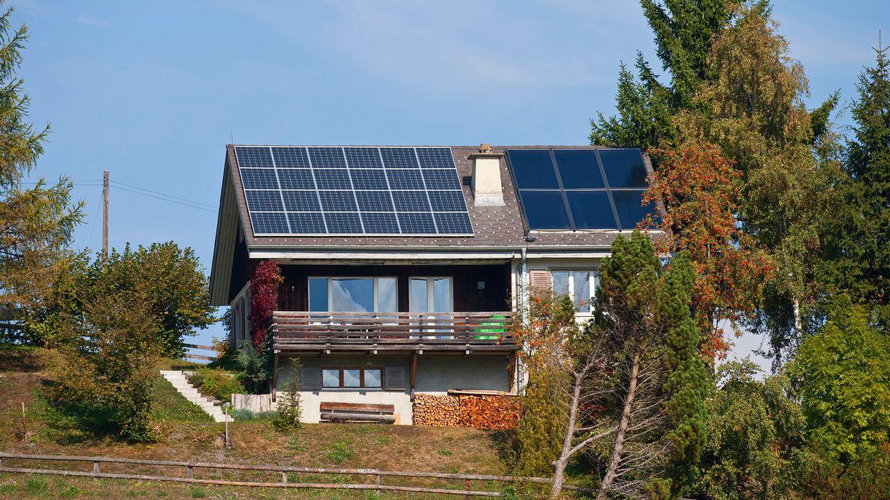 Des outils de la Confédération permettent d'évaluer le potentiel solaire de votre maison. [Gaetan Bally - Keystone]