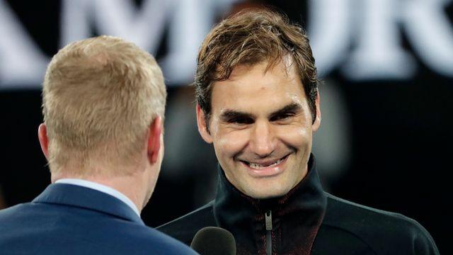 Federer est ici interviewé par Jim Courier après son match face à Berdych. [Vincent Thian - Keystone]