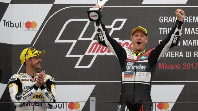 La joie d'Aegerter lors de son succès à Saint-Marin en Moto2 le 10 septembre 2017. [Antonio Calanni - Keystone]