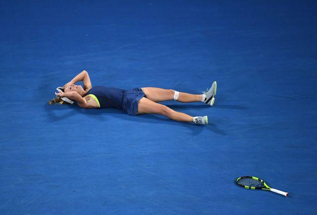 Wozniacki, submergée par l'émotion, s'est écroulée sur le court après le point décisif. [William West - AFP]