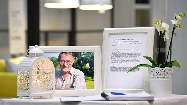 Un livre de condoléances a été mis à la disposition des clients de ce magasin Ikea à Stockholm. [Anders Wiklund - EPA - Keystone]
