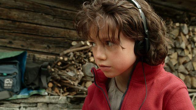 """Anuk Steffen joue le rôle-titre du film """"Heidi"""". Curieuse de tout, elle observe l'équipe de tournage et, plus particulièrement, le travail de l'ingénieur du son. [© Milos-Films SA - La Lanterne Magique ]"""