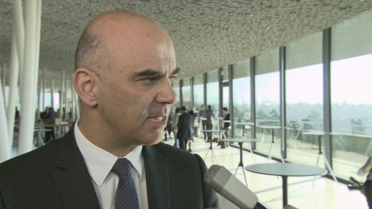 """Alain Berset: """"Il n'y pas de transparence sur le salaire des médecins"""" [RTS]"""